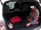 Con trai bắt mẹ già ngồi trong cốp ô tô, cư dân mạng phẫn nộ