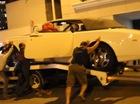 """Gần chục người """"hò nhau"""" đẩy Rolls-Royce Phantom Drophead Coupe"""
