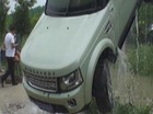 Tránh mèo hoang, SUV hạng sang Land Rover Discovery lao xuống sông