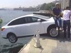 Người dân ngồi lên nắp capô Ford Focus để xe không rơi xuống biển