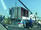 Húc đuôi xe cẩu trên cầu Nhật Tân, taxi bị dồn mui về phía sau