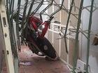 Hà Nội: Mất lái trong ngõ, Honda Future Neo đâm thủng cửa sắt nhà dân