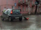 Mẹ để con nhỏ rơi khỏi ô tô ngay tại khúc cua