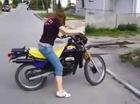 Khi chị em lần đầu tập đi xe côn tay