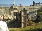 Xe ben văng khỏi cầu, tài xế lủng lẳng trên lan can
