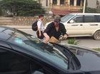 Cư dân mạng dậy sóng với ông Tây rửa kính miễn phí cho lái xe Việt