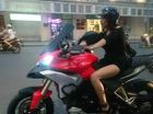 Chân dài lái Ducati Multistrada 1200 trên đường phố Hà Nội gây xôn xao