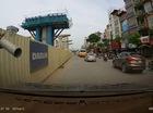 Hà Nội: Lái xe ô tô hết hồn với thanh sát thò ra từ công trình đường sắt trên cao