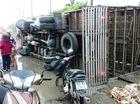 Dân xúm lại mua giúp hàng trăm con vịt chết ngạt khi xe bị lật