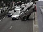 Nữ tài xế gây ra tai nạn hy hữu, hàng trăm người hiếu kỳ chen lấn đứng xem