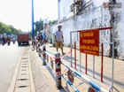 Người Sài Gòn thích thú khi vỉa hè được lắp dải phân cách dành riêng cho người đi bộ