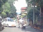 Chó lao ra sủa dọa người đi xe máy, gây tai nạn