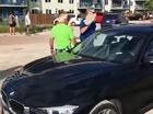 Người đàn ông dùng đá đập vỡ kính xe BMW 3-Series để cứu chú chó