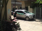 Hà Nội: Đỗ chắn cổng, Ford EcoSport bị người phụ nữ sơn chữ khắp xe