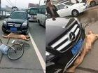 """Người đàn ông """"mặt dày"""", không mảnh vải che thân, nằm trước đầu xe Mercedes để """"ăn vạ"""""""
