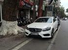 """Đỗ trên đường Hà Nội, xe Mercedes bị """"vặt sạch"""" gương và logo"""