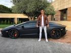 Cristiano Ronaldo bị chế ảnh vì tạo dáng cứng đơ bên Lamborghini Aventador