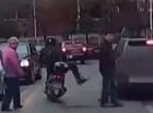 Người đi xe máy dùng chân đạp ngã người phụ nữ sang đường