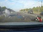Cả biker lẫn mô tô bị hất văng lên không trung trong vụ va chạm trực diện