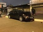 Hà Nội: Toyota Camry đâm đổ biển báo, leo lên dải phân cách