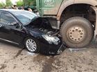 Bắc Giang: Đâm trực diện với xe tải, Toyota Camry hơn 1 tỷ Đồng nát đầu