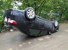 """Hà Nội: Đâm vào gốc cây, Toyota Corolla Altis """"ngửa bụng"""""""
