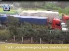Xe container lao vào làn dừng khẩn cấp, đâm xe cứu thương