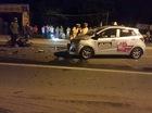 Hà Nội: Vượt xe container và chạy lấn làn, xe máy đâm thẳng vào đầu taxi
