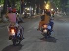 Bất chấp lệnh cấm, xe máy vẫn phi rầm rập vào khu phố đi bộ quanh Hồ Gươm