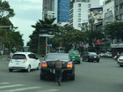 Sài Gòn: Xe siêu sang Bentley 10 tỷ Đồng được người đàn ông đẩy đi trên phố
