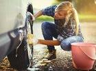 """Khi phụ nữ rửa xe """"sạch từ trong ra ngoài"""""""