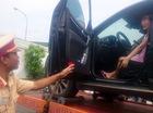 Nữ tài xế cố thủ trong ôtô khi CSGT cẩu xe về trạm
