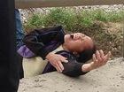 Người vợ nằm giữa đường gào khóc bên thi thể chồng bị tàu hỏa cán