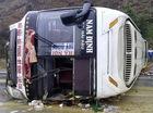 Lật xe giường nằm trên cao tốc, hành khách la hét