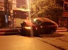 Hải Phòng: Mazda 3 mất lái leo lên dải phân cách lúc rạng sáng