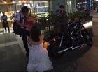 Cô gái xinh đẹp cầu hôn bạn trai với xe Harley-Davidson