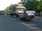 """Huế: Va chạm trong khi vượt xe tải, """"xế hộp"""" chổng 4 bánh lên trời"""