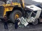 """Quảng Ninh: Va chạm với """"siêu xe tải"""" 20 tỷ Đồng, xe ben nát đầu"""