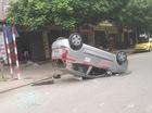 """Hà Nội: Né một chiếc ô tô đang lùi xe, taxi """"ngửa bụng"""" ngay trên phố"""