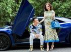 """Siêu xe Lamborghini Aventador SV làm nền cho đại gia Minh """"Nhựa"""" tạo dáng bên vợ"""