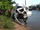 """""""Vua lật"""" Toyota Fortuner lao xuống hồ tại Nam Định"""