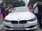 Hà Nội: Bố đập vỡ cửa kính xe BMW để cứu con gái bị nhốt bên trong