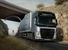 Xe tải Volvo trình diễn mạo hiểm cùng dù lượn