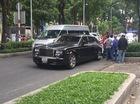 """Sài Gòn: Taxi va chạm với """"hàng hiếm"""" Rolls-Royce Phantom Rồng trên phố"""