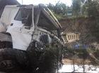 """Quảng Ninh: """"Hung thần"""" xe tải mất lái, leo qua dải phân cách, đầu xe nát bét"""
