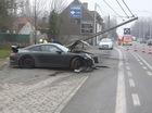 """Khi xe thể thao của Porsche """"thử độ cứng"""" với cột điện"""