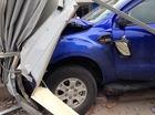 Hà Nội: Ford Ranger đâm hàng rào công trường, bị thanh sắt xuyên vào khoang lái