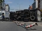 Lật xe tải chở bia, 2 người đi Honda SH bị vạ lây