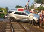 Đồng Nai: Toyota Fortuner nằm chắn ngang đường ray khiến tàu hỏa phải dừng lại