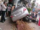 Hà Nội: Toyota Vios lao lên vỉa hè, đâm bật gốc cây và đè 3 xe máy
